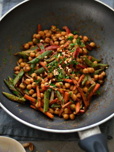 Salteado de grão-de-bico e legumes com molho de amendoim