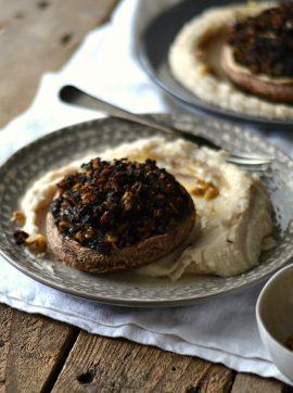 Cogumelos Recheados de Broa com Puré de Feijão Branco - Receita Vegetariana