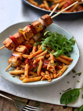 Massa com molho de tomate cereja + Espetadas de tofu e pimento - Receita Vegetariana