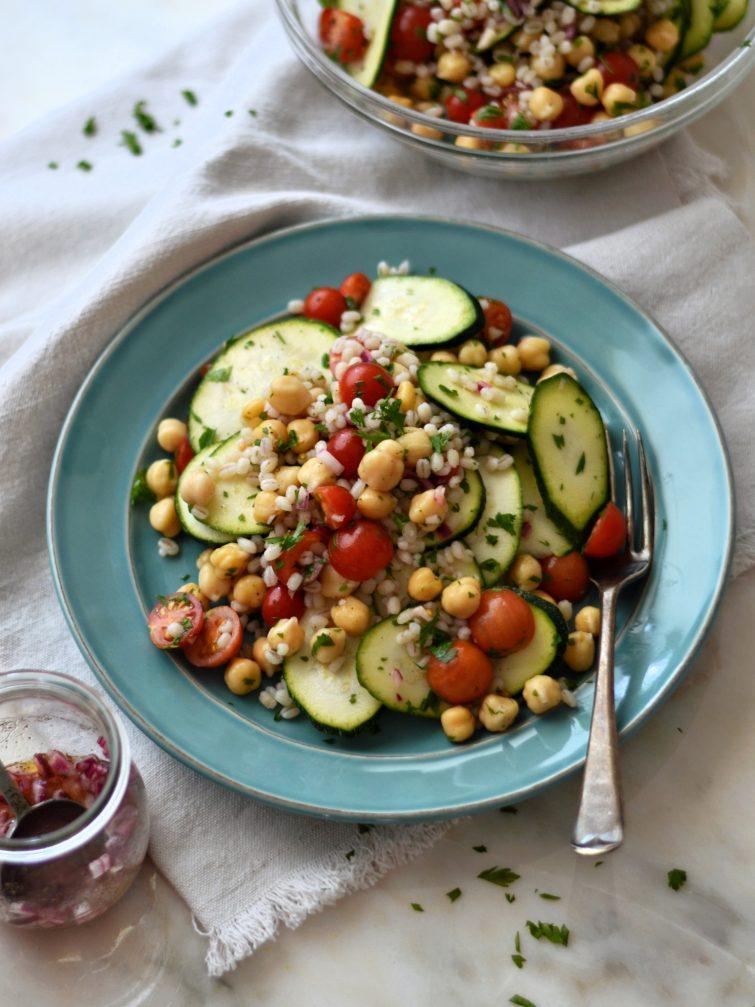 Salada de curgete, cevadinha, grão-de-bico e tomate